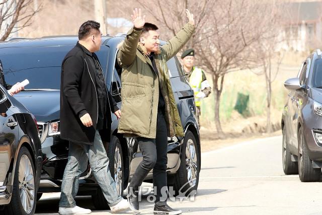 Daesung đã cạo đầu, chính thức nhập ngũ cùng G-Dragon và các thành viên Big Bang vào hôm nay - Ảnh 1.