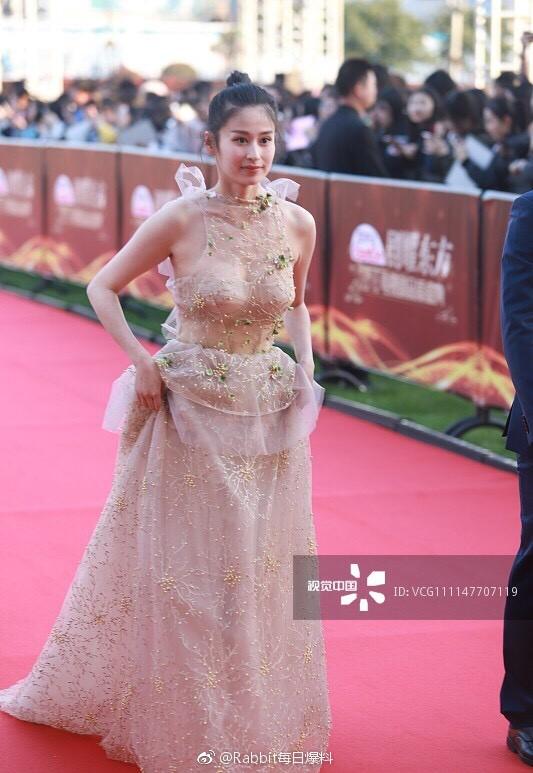 Thảm đỏ hot nhất Cbiz hôm nay: Dương Mịch đè bẹp dàn mỹ nhân, bạn gái Luhan hot vì... thời trang khó hiểu - ảnh 4