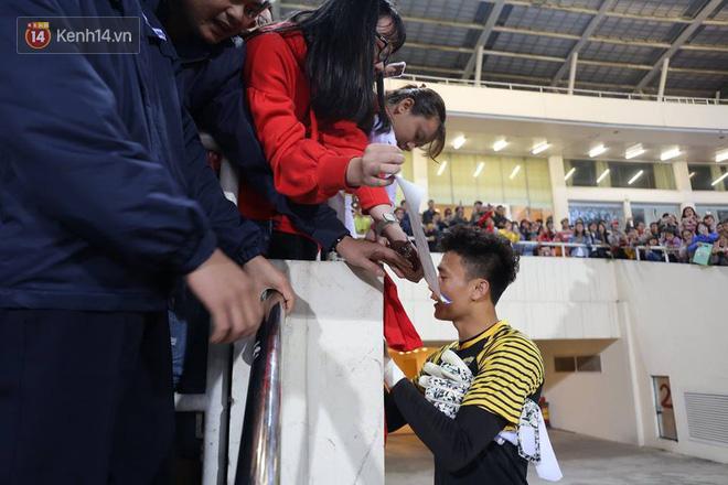 Fan nữ nán lại trên khán đài, với tay xin chữ ký Bùi Tiến Dũng - Ảnh 3.