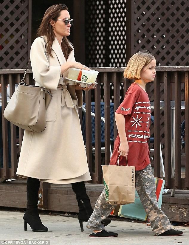 Angelina Jolie có hàng trăm tỷ, nhưng con gái cô lại mặc đồ giản dị và tự xách đồ khi mua sắm - Ảnh 6.