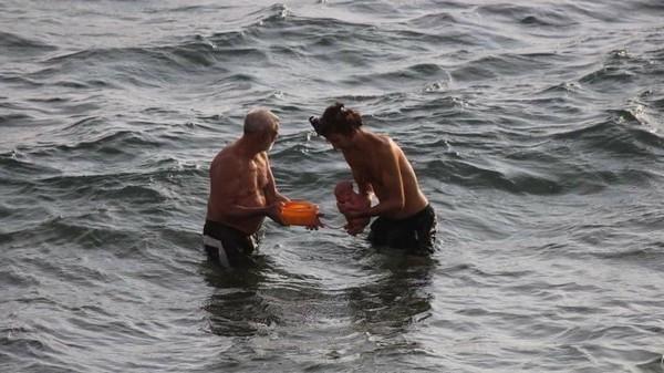 Khoảnh khắc tuyệt vời khi mẹ bầu người Nga trầm mình xuống biển để sinh con - ảnh 2