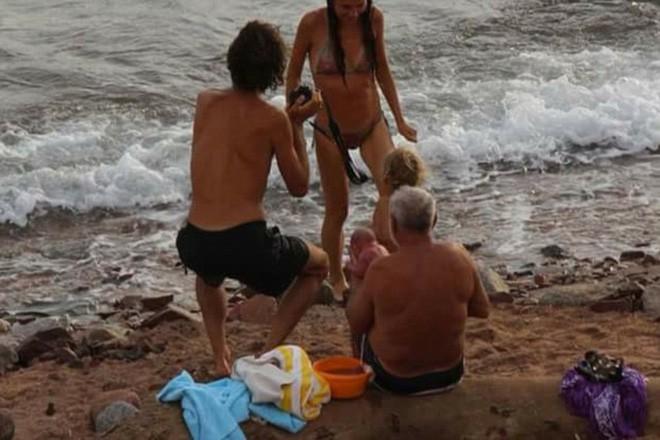 Khoảnh khắc tuyệt vời khi mẹ bầu người Nga trầm mình xuống biển để sinh con - ảnh 5