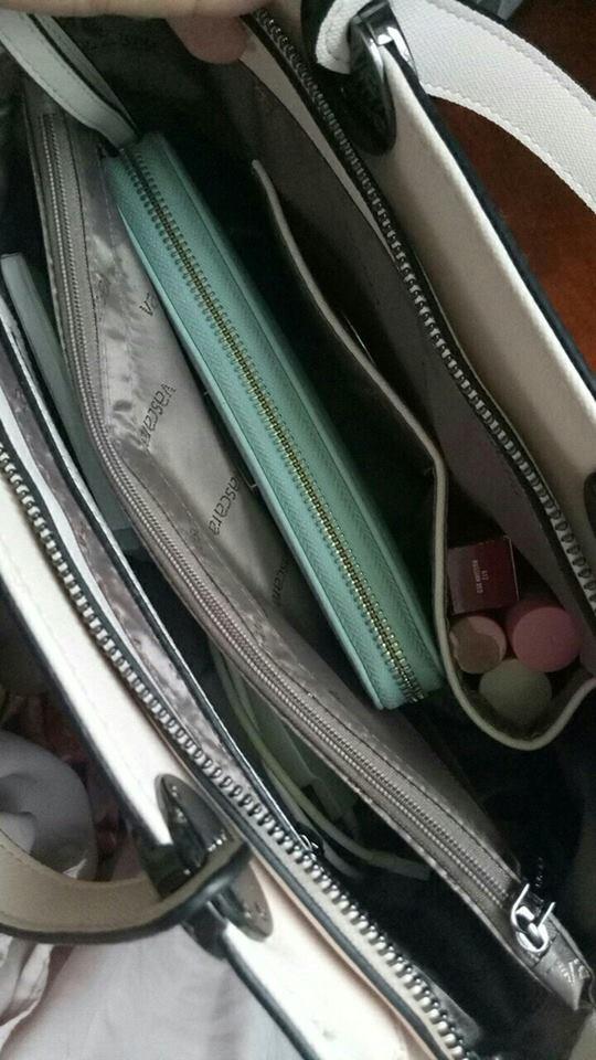 Bên trong những chiếc túi của hội chị em là cả một cửa tiệm tạp hóa cái gì cũng có - ảnh 7