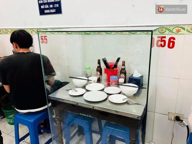 Câu chuyện chiếc bàn ăn ông Obama từng ngồi lồng khung kính lên báo nước ngoài, cộng đồng mạng bàn tán xôn xao - ảnh 4