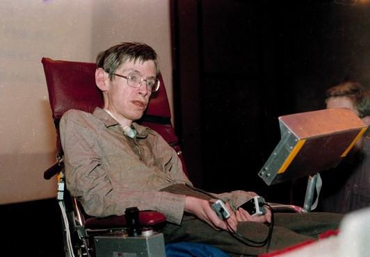 Mất khả năng nói từ năm 1985, Stephen Hawking đã làm cách nào để nói chuyện với thế giới? Hãy hỏi Intel - ảnh 2