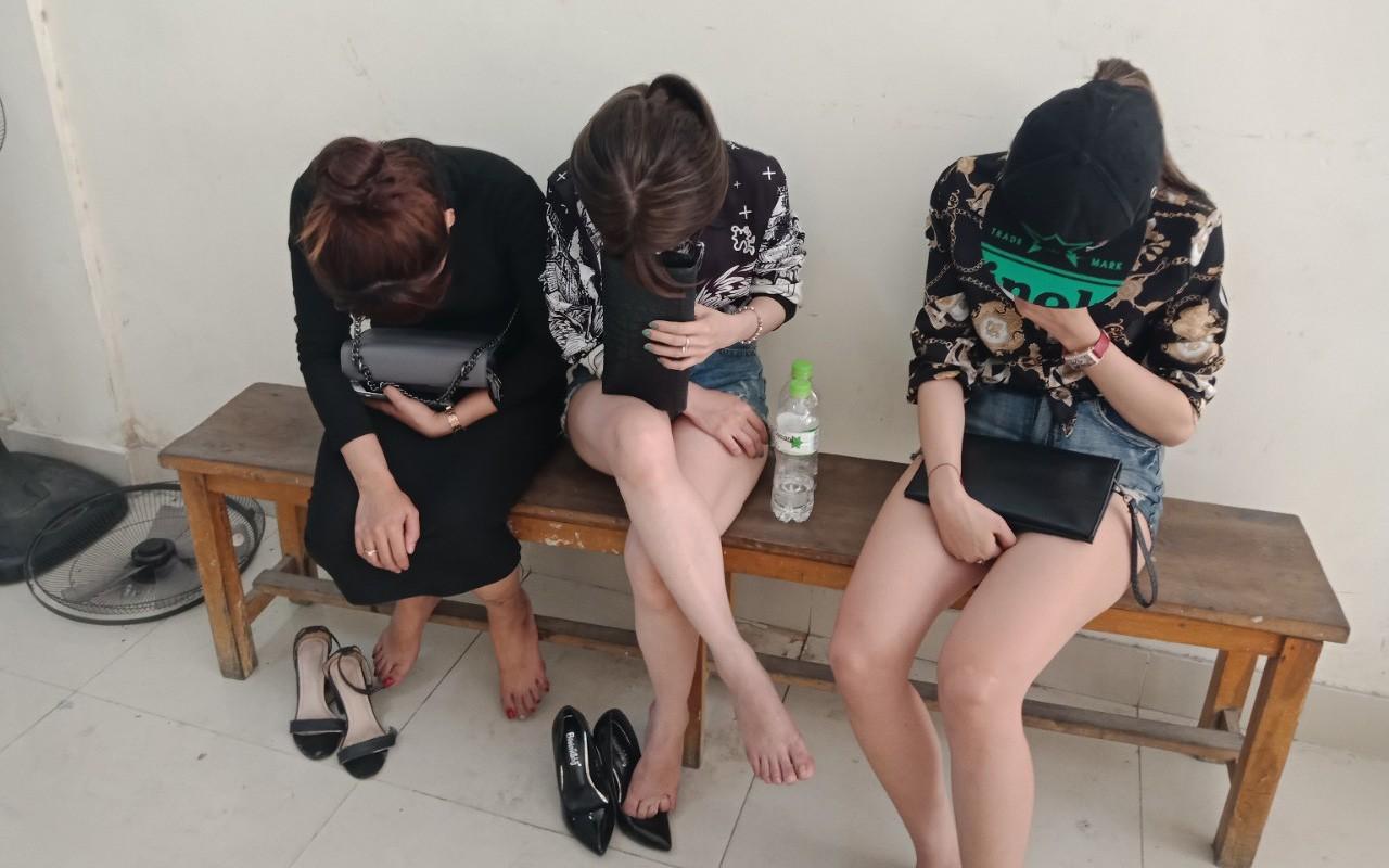 Cảnh sát đột kích quán bar ở Sài Gòn, 11 cô gái ăn mặc hở hang thác loạn dương tính với ma túy