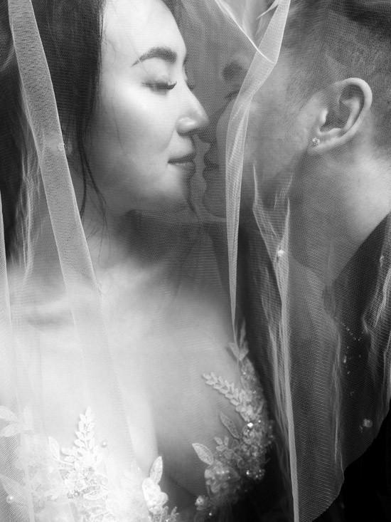 Trọn vẹn bộ ảnh cưới trắng đen đầy ngọt ngào của Khắc Việt và bà xã trước ngày về chung nhà - Ảnh 2.