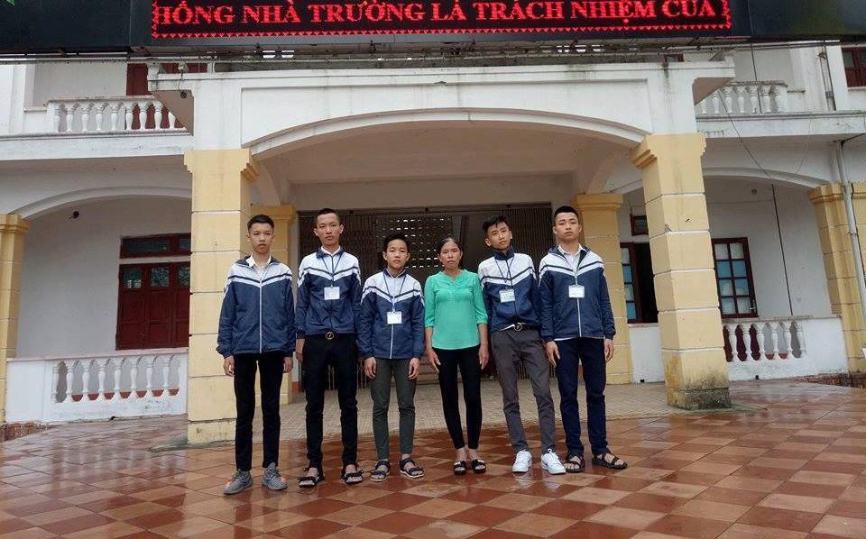Hà Tĩnh: Trên đường đi học về, 5 nam sinh nghèo nhặt được 15 triệu tìm người đánh rơi trả lại