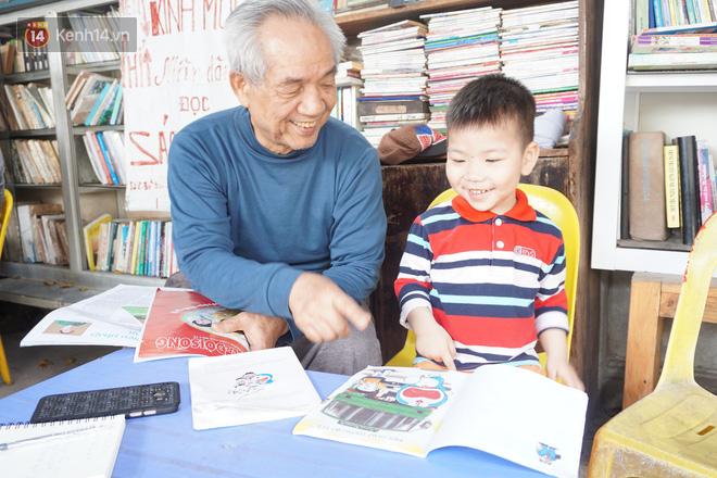 Cụ bà 73 tuổi trích lương hưu làm quầy sách báo miễn phí giữa Hà Nội: Từ lúc mở đến nay, ngày nào cũng nhận được quà - Ảnh 5.