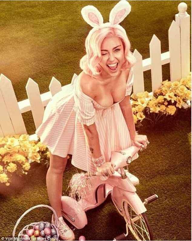 Sự nghiệp flop nặng, Miley Cyrus quay lại con đường khoe nhũ hoa, lè lưỡi phản cảm - ảnh 2