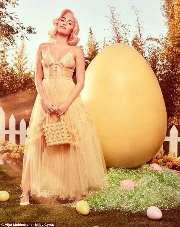 Sự nghiệp flop nặng, Miley Cyrus quay lại con đường khoe nhũ hoa, lè lưỡi phản cảm - ảnh 1