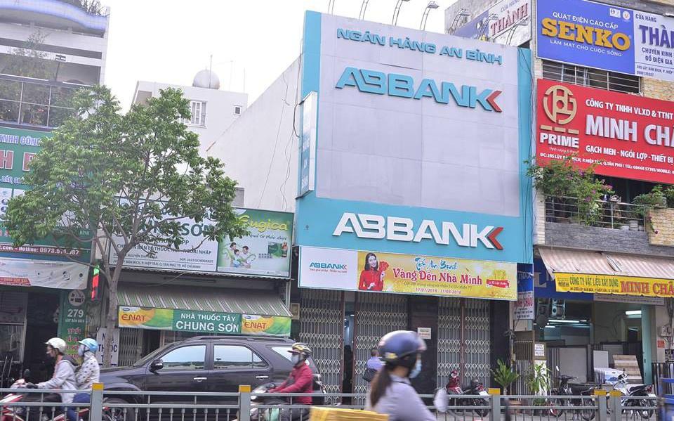 Trích xuất camera ngân hàng, truy tìm hai thanh niên nghi cầm súng đe dọa nhân viên để cướp tiền