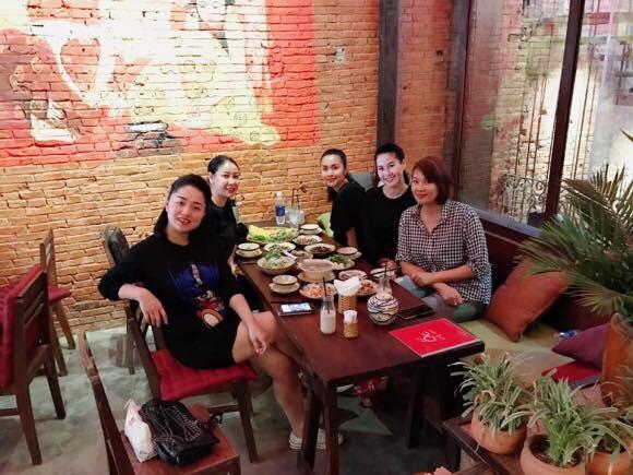 Đi ăn cùng bạn bè, Hà Tăng lại khéo léo che chắn vòng hai giữa tin đồn bầu bí? - Ảnh 1.