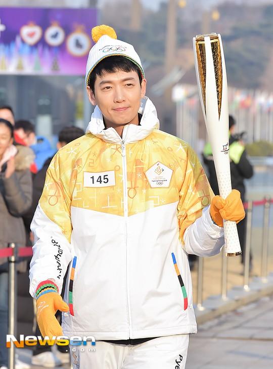 Lóa mắt trước dàn sao hạng A rước đuốc chào Thế vận hội mùa đông 2018: Hết nữ thần lại đến nam thần hội tụ - Ảnh 33.
