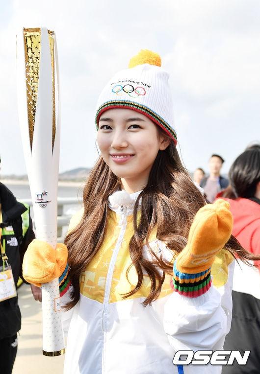 Lóa mắt trước dàn sao hạng A rước đuốc chào Thế vận hội mùa đông 2018: Hết nữ thần lại đến nam thần hội tụ - Ảnh 4.