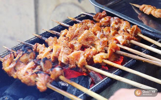 Cần lắm một hàng thịt xiên nướng vị Thái được ướp cùng dừa và nước mắm ngay tại Hà Nội - Ảnh 4.