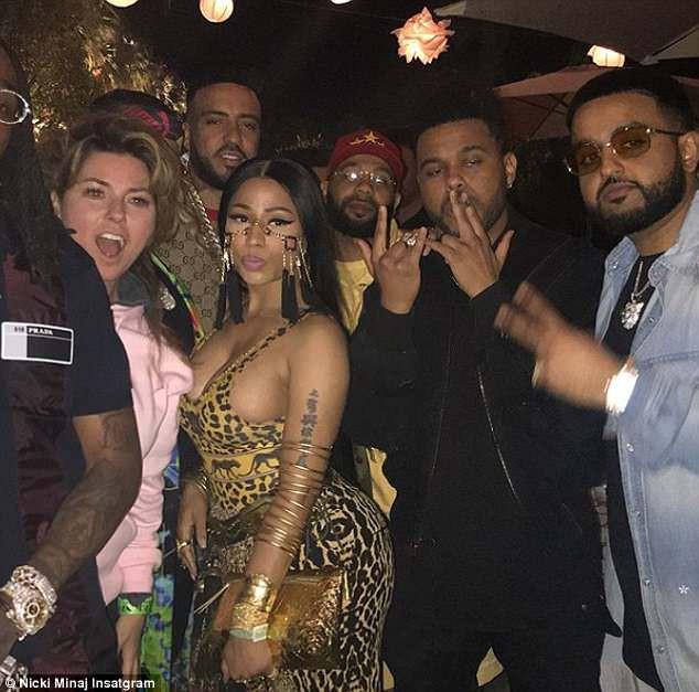 Gây phản cảm vì hở gần hết vòng 1 ngoại cỡ, Nicki Minaj lại còn suýt khoá môi Kylie - Ảnh 4.