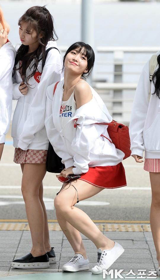 TWICE đụng độ G-Friend: Tzuyu quá xinh nhưng lộ đùi voi, bị thành viên cùng nhóm và dàn chân dài đánh bật - Ảnh 12.