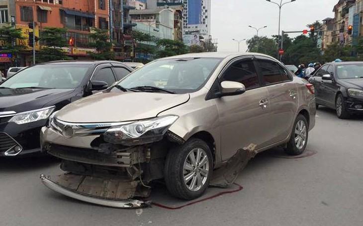 Hà Nội: Đi từ khu tiệc cưới ra, ô tô húc văng 3 xe máy khiến 3 người bất tỉnh, tài xế nhanh chóng rời khỏi hiện trường