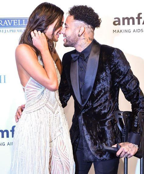 Neymar chống nạng, nồng nàn khóa môi bạn gái xinh như thiên thần - Ảnh 4.