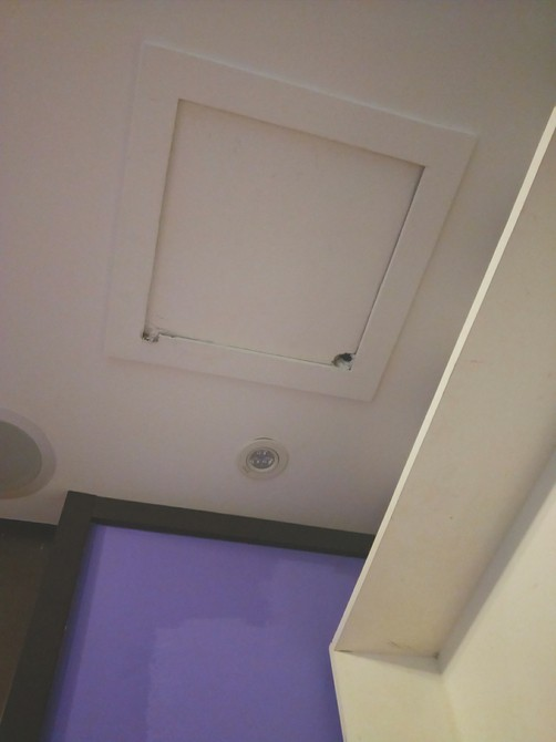 Vào khách sạn qua đêm, đôi vợ chồng sắp cưới bàng hoàng phát hiện máy quay lén lấp ló trên trần nhà - ảnh 2