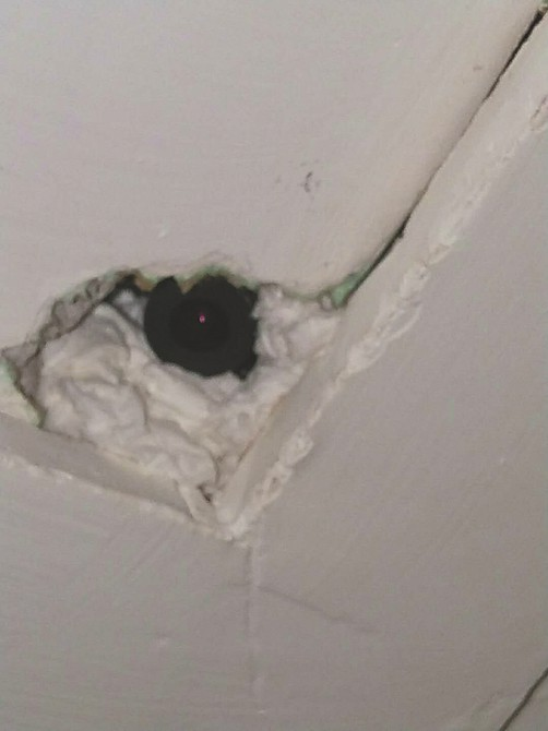 Vào khách sạn qua đêm, đôi vợ chồng sắp cưới bàng hoàng phát hiện máy quay lén lấp ló trên trần nhà - ảnh 1
