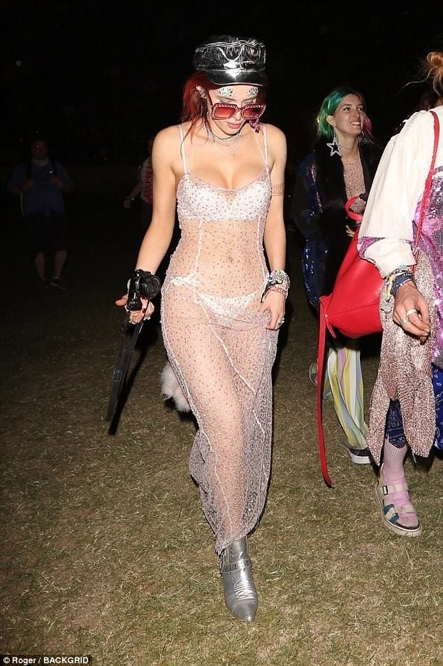 Bella Thorne mặc như không, để bạn trai hôn vòng 1 giữa lễ hội Coachella đông người - ảnh 1