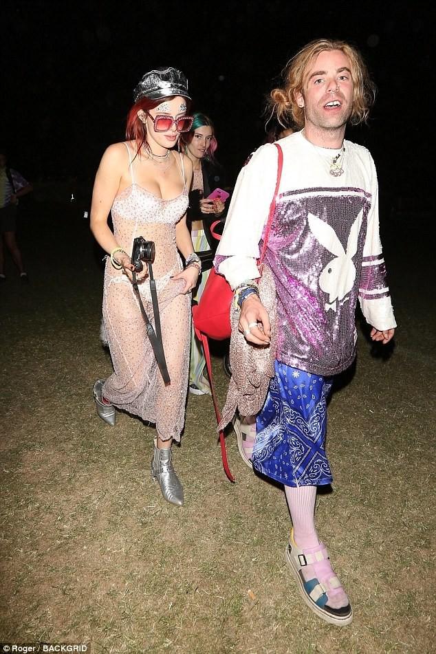 Bella Thorne mặc như không, để bạn trai hôn vòng 1 giữa lễ hội Coachella đông người - ảnh 5