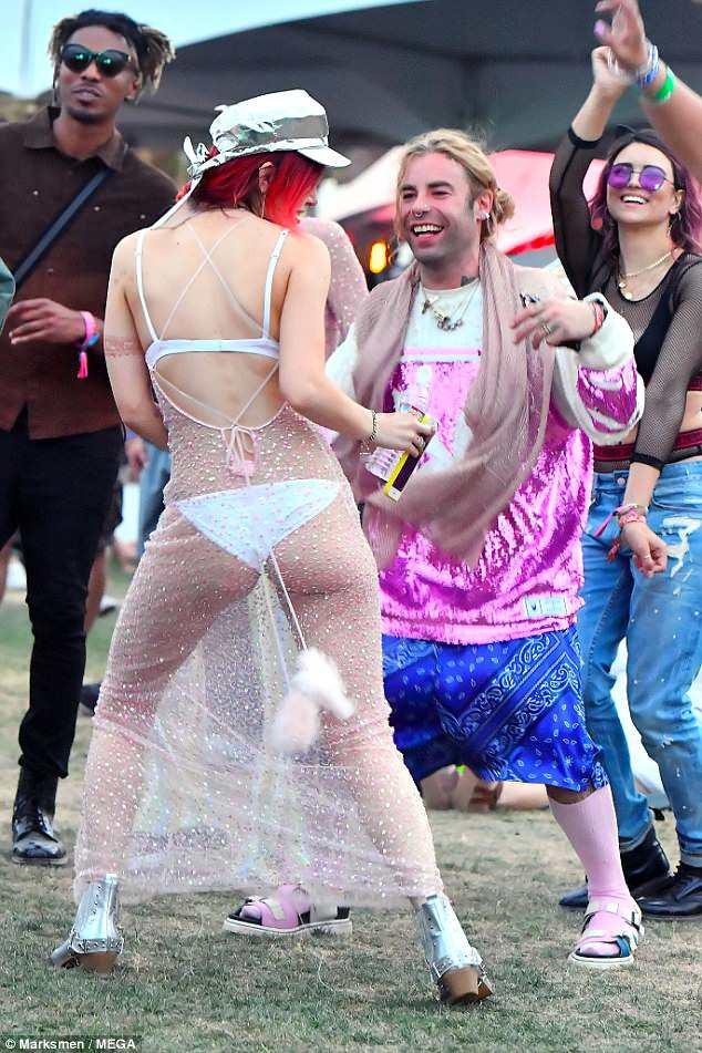 Bella Thorne mặc như không, để bạn trai hôn vòng 1 giữa lễ hội Coachella đông người - ảnh 3