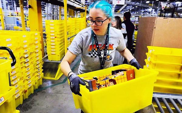 Nhân viên trong kho Amazon của tỷ phú giàu nhất thế giới Jeff Bezos làm việc bận tới mức phải đi vệ sinh ra chai vì lo bị phạt - ảnh 1