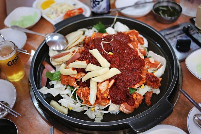 Mê Dak galbi nhưng ít người biết món gà xào bắp cải này từng là món ăn của sinh viên nghèo xứ Hàn Quốc - ảnh 11