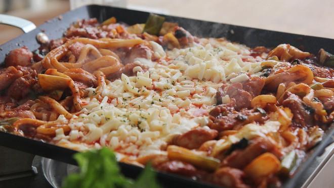 Mê Dak galbi nhưng ít người biết món gà xào bắp cải này từng là món ăn của sinh viên nghèo xứ Hàn Quốc - ảnh 12