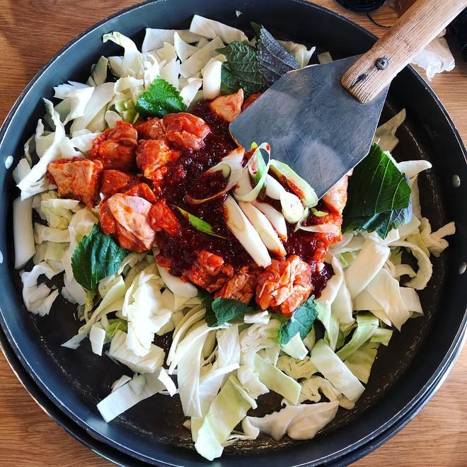 Mê Dak galbi nhưng ít người biết món gà xào bắp cải này từng là món ăn của sinh viên nghèo xứ Hàn Quốc - ảnh 4