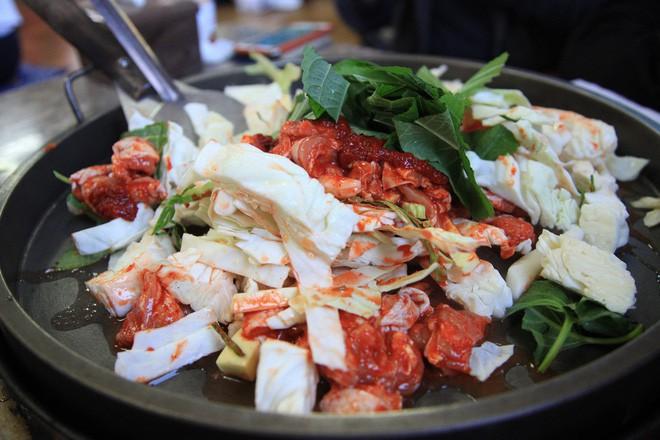Mê Dak galbi nhưng ít người biết món gà xào bắp cải này từng là món ăn của sinh viên nghèo xứ Hàn Quốc - ảnh 5
