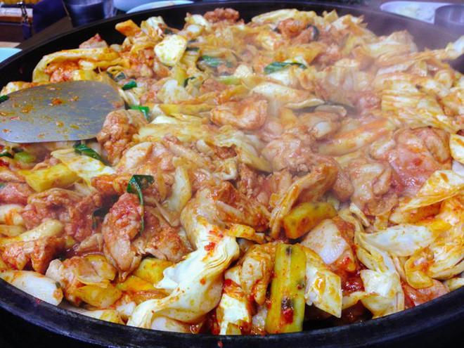 Mê Dak galbi nhưng ít người biết món gà xào bắp cải này từng là món ăn của sinh viên nghèo xứ Hàn Quốc - ảnh 9