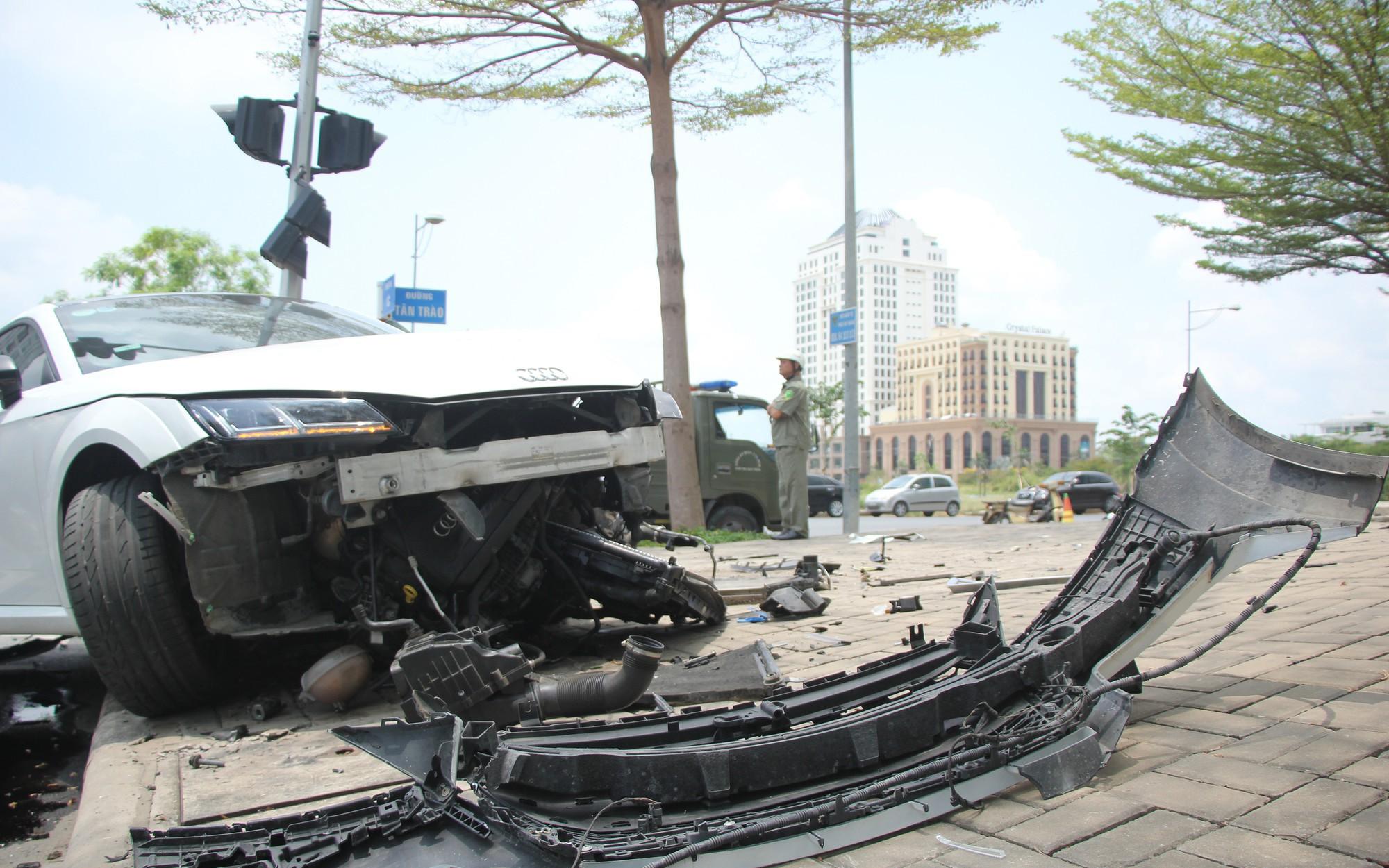 Xe Audi hơn 3 tỷ nát bét đầu sau va chạm ở Sài Gòn, tài xế may mắn thoát chết