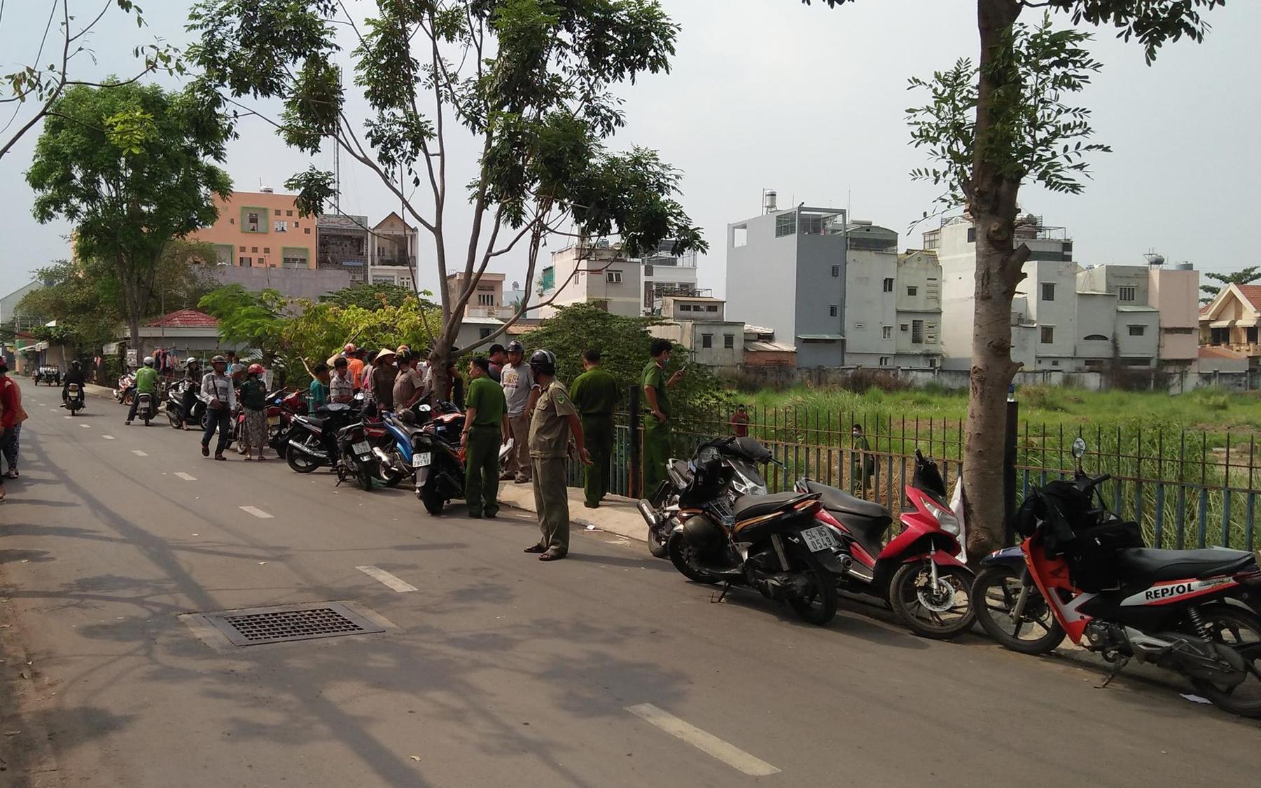 TP. HCM: Trên đường đi học về, nhóm học sinh hốt hoảng phát hiện thi thể trẻ sơ sinh còn dây rốn