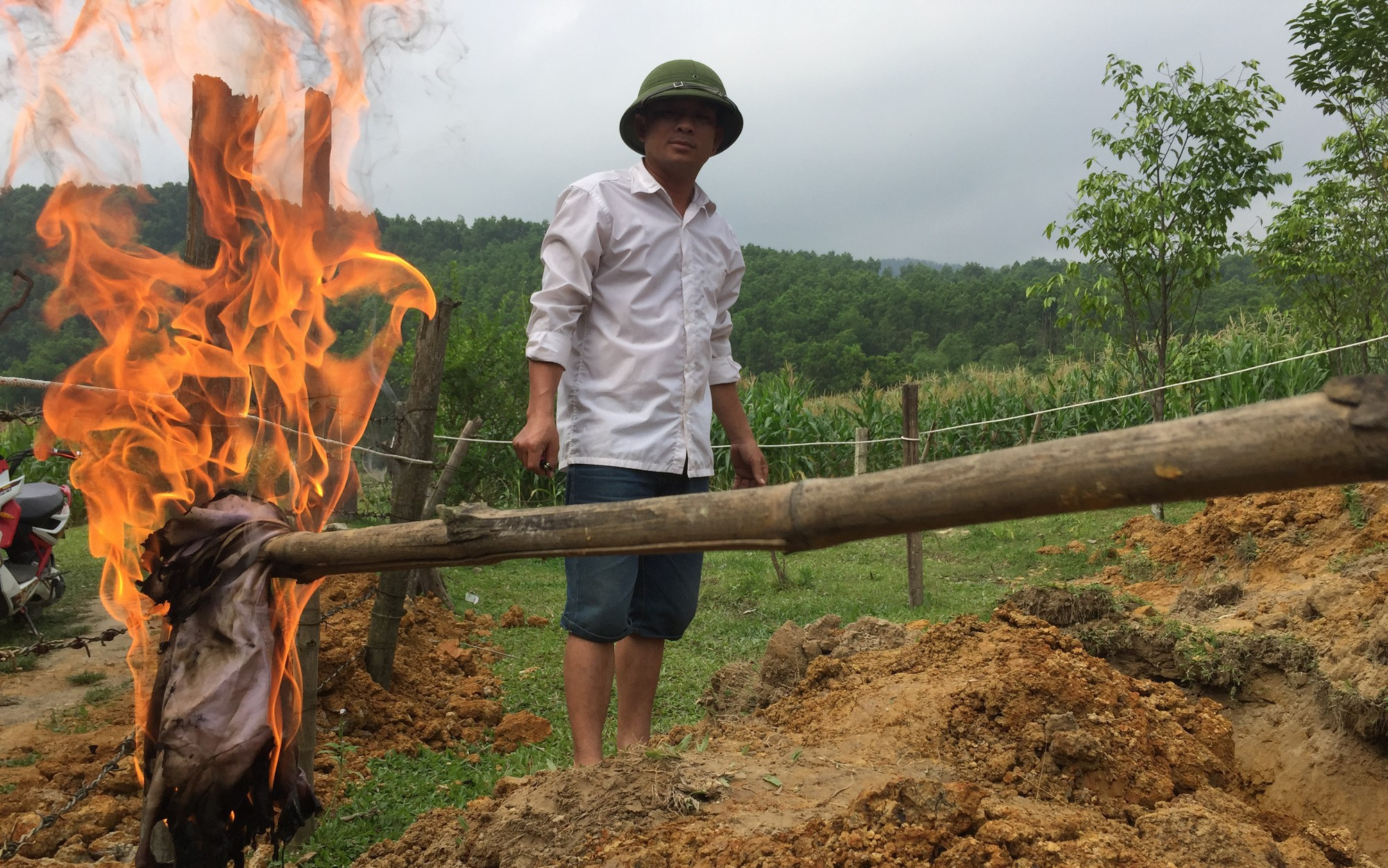 Hà Tĩnh: Người dân đào hố, tá hỏa phát hiện đất bị nhiễm dầu