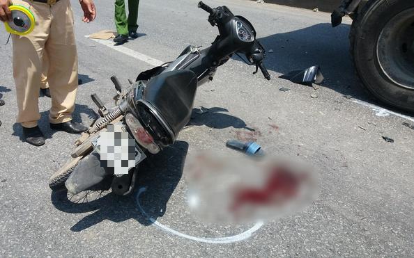 Ô tô chết máy đỗ bên vệ đường, 2 học sinh lớp 11 điều khiển xe máy đâm trúng nguy kịch