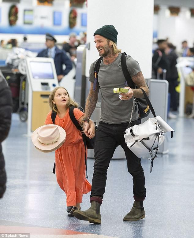 Harper chẳng thể rời mắt khỏi David Beckham tại sân bay