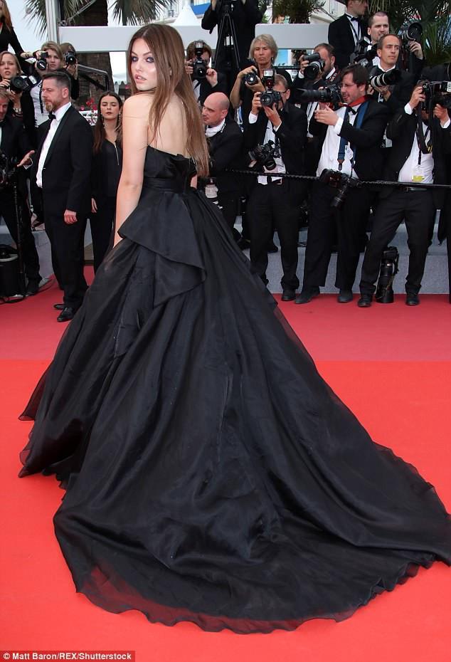 Thảm đỏ LHP Cannes: Cô bé đẹp nhất thế giới khoe sắc giữa dàn mỹ nhân hở bạo, chỉ có 1 đại diện Trung Quốc - Ảnh 2.