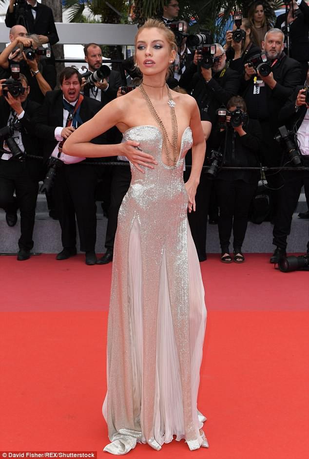 Thảm đỏ LHP Cannes: Cô bé đẹp nhất thế giới khoe sắc giữa dàn mỹ nhân hở bạo, chỉ có 1 đại diện Trung Quốc - Ảnh 17.