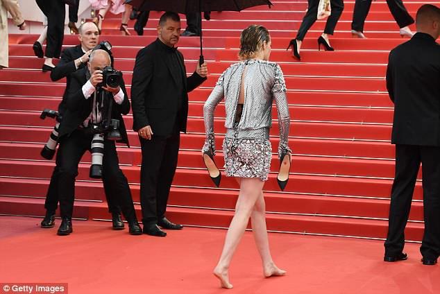 Quá mệt mỏi với LHP Cannes, Kristen Stewart ngáp ngái ngủ và cởi luôn giày cao gót trên thảm đỏ - Ảnh 5.