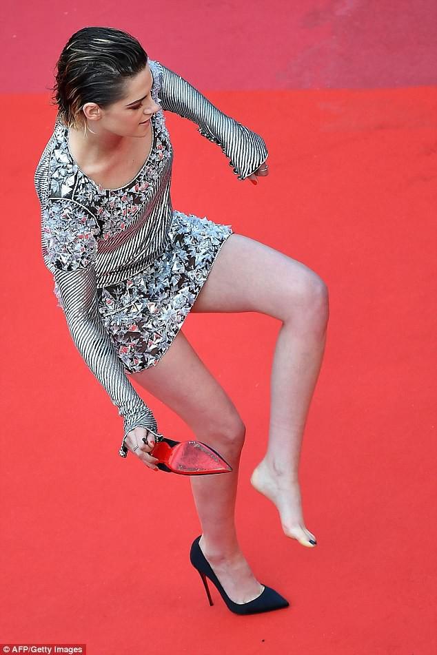 Quá mệt mỏi với LHP Cannes, Kristen Stewart ngáp ngái ngủ và cởi luôn giày cao gót trên thảm đỏ - Ảnh 4.