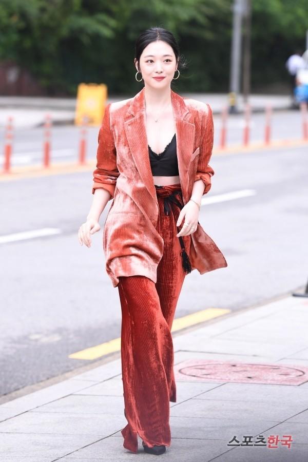 Sulli trở lại đẹp xuất sắc với màn hở ngực táo bạo, chấp cả Hoa hậu Hàn đẹp nhất thế giới và chị đại Kim Hye Soo - ảnh 1