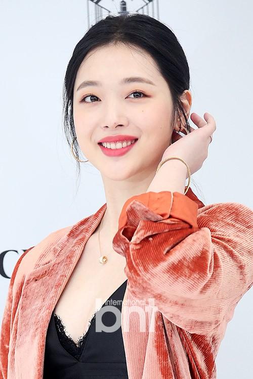 Sulli trở lại đẹp xuất sắc với màn hở ngực táo bạo, chấp cả Hoa hậu Hàn đẹp nhất thế giới và chị đại Kim Hye Soo - ảnh 13