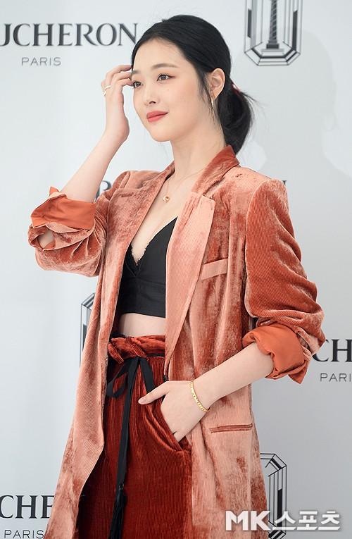 Sulli trở lại đẹp xuất sắc với màn hở ngực táo bạo, chấp cả Hoa hậu Hàn đẹp nhất thế giới và chị đại Kim Hye Soo - ảnh 12