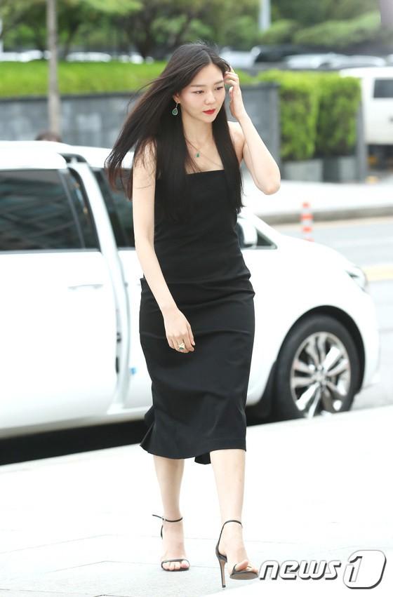 Sulli trở lại đẹp xuất sắc với màn hở ngực táo bạo, chấp cả Hoa hậu Hàn đẹp nhất thế giới và chị đại Kim Hye Soo - ảnh 20