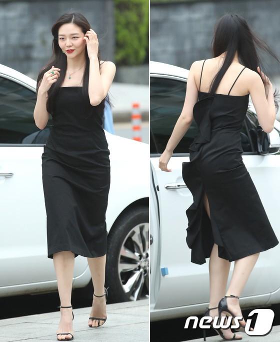 Sulli trở lại đẹp xuất sắc với màn hở ngực táo bạo, chấp cả Hoa hậu Hàn đẹp nhất thế giới và chị đại Kim Hye Soo - ảnh 21