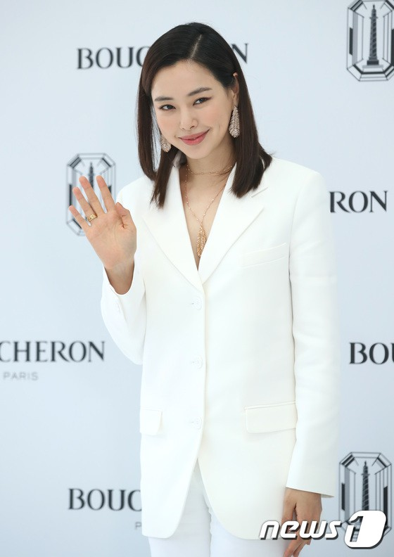 Sulli trở lại đẹp xuất sắc với màn hở ngực táo bạo, chấp cả Hoa hậu Hàn đẹp nhất thế giới và chị đại Kim Hye Soo - ảnh 19